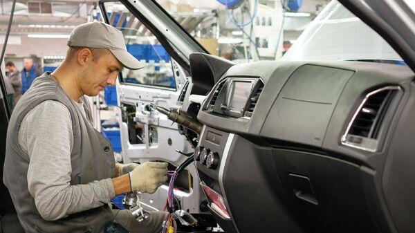 Подключение электроники на конвейере сборочного цеха Ульяновского автомобильного завода