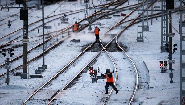 Рабочие очищают железнодорожные пути. Архивное фото