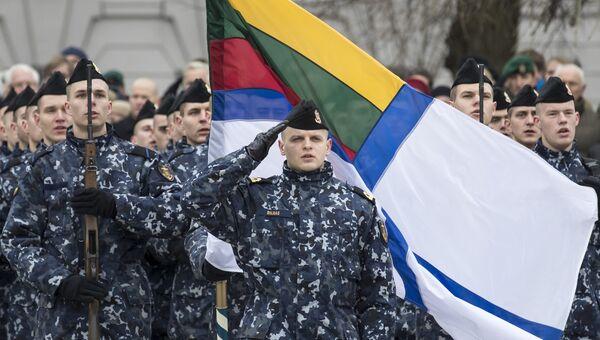 Литовские военнослужащие во время празднования Дня Вооруженных сил в Вильнюсе