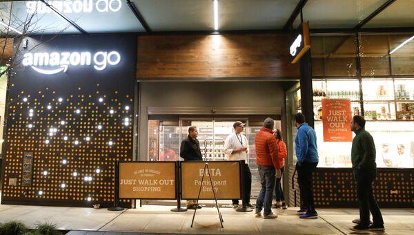 Сотрудники у входа в магазин Amazon Go в Сиэтле, США. 5 декабря 2016