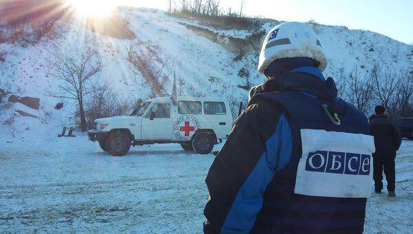ОБСЕ около КПП Станица Луганская в Донбассе. Архивное фото