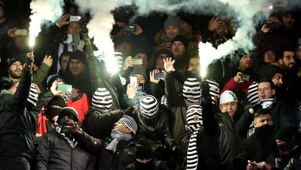 Фанаты турецкого Бешикташа во время матча Лиги чемпионов на Олимпийском стадионе в Киеве. 6 декабря 2016