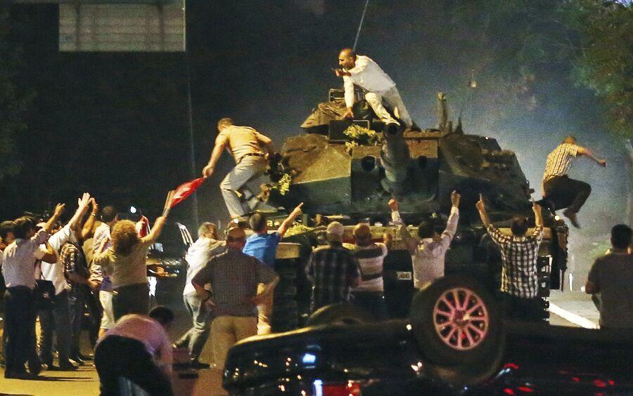 Танк на улице Анкары во время июльских протестов в Турции. 16 июля 2016 года