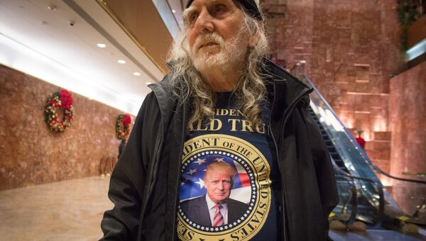 Сторонник Дональда Трампа в холле башни Трампа