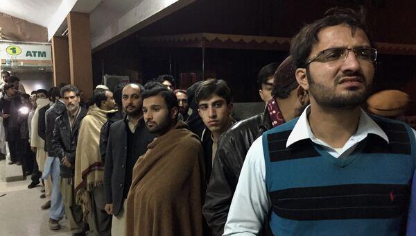 Люди возле отделения скорой помощи в больнице Абботтабада, куда доставили жертв авиакатастрофы, Пакистан