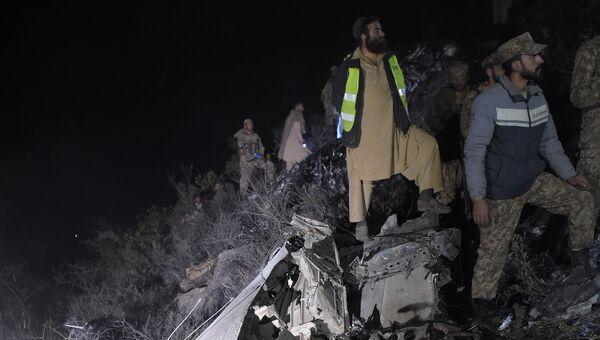 Пакистанские солдаты и волонтеры на месте крушения самолета авиакомпании PIA недалеко от Абботтабада, Пакистан