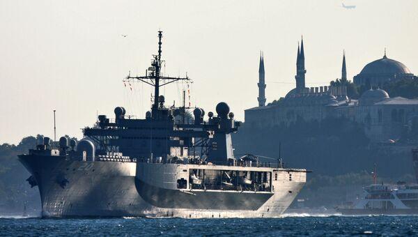 Флагманский корабль 6-го флота США USS Mount Whitney в проливе Босфор