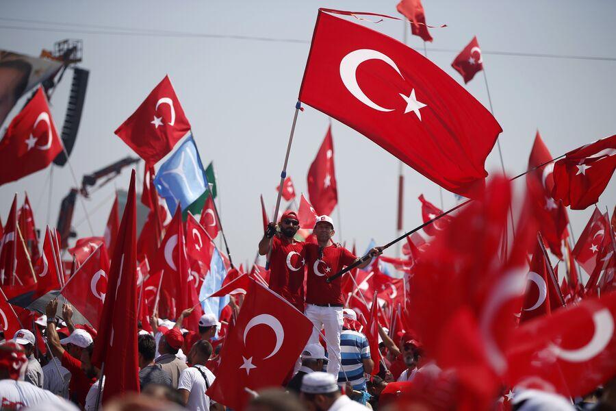 Демонстранты с турецкими флагами в Стамбуле. Август 2016 года