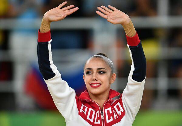 Маргарита Мамун (Россия), завоевавшая золотую медаль в индивидуальном многоборье по художественной гимнастике на XXXI летних Олимпийских играх, на церемонии награждения