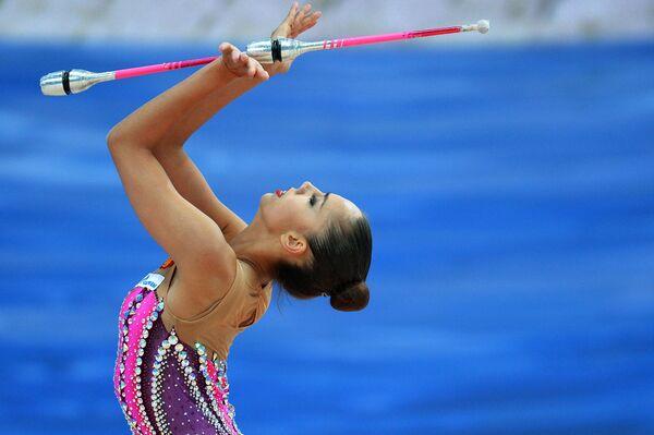 Маргарита Мамун (Россия) выполняет упражнения с булавами в соревнованиях Кубка мира по художественной гимнастике в Казани