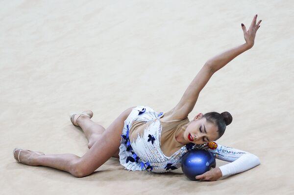 Маргарита Мамун (Россия) выполняет упражнение с мячом в финале турнира Гран-при Москвы по художественной гимнастике
