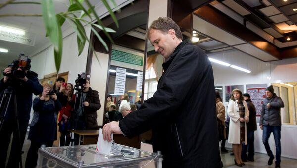 Глава Приднестровья Евгений Шевчук во время голосования на выборах президента Приднестровья