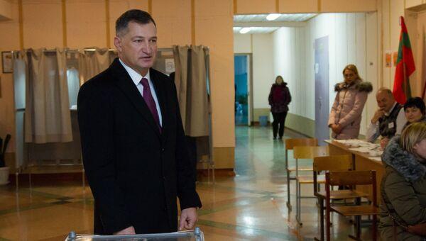Председатель правительства Приднестровья Павел Прокудин во время голосования на выборах президента Приднестровья