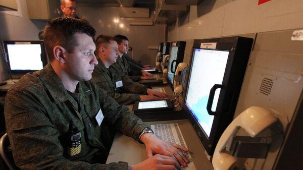 Военнослужащие в пункте боевого управления во время крупномасштабных учений Военно-воздушных сил