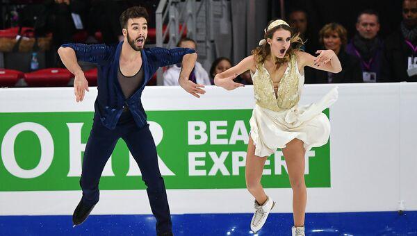 Габриэлла Пападакис и Гийом Сизерон выступают в короткой программе танцев на льду в финале Гран-при по фигурному катанию в Марселе