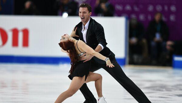 Екатерина Боброва и Дмитрий Соловьев выступают в короткой программе танцев на льду в финале Гран-при по фигурному катанию в Марселе