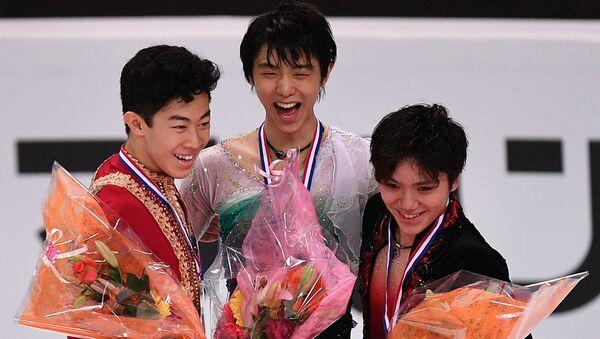 Призеры мужского одиночного катания в финале Гран-при в Марселе на церемонии награждения: Натан Чен - серебряная медаль, Юдзуру Ханю - золотая медаль, Сома Уно - бронзовая медаль