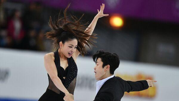 Майя Шибутани и Алекс Шибутани выступают в короткой программе танцев на льду в финале Гран-при по фигурному катанию в Марселе