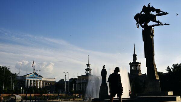 Памятник Манасу между зданиями Мэрии города Бишкек и Национальной Филармонией Кыргызстана. Архивное фото