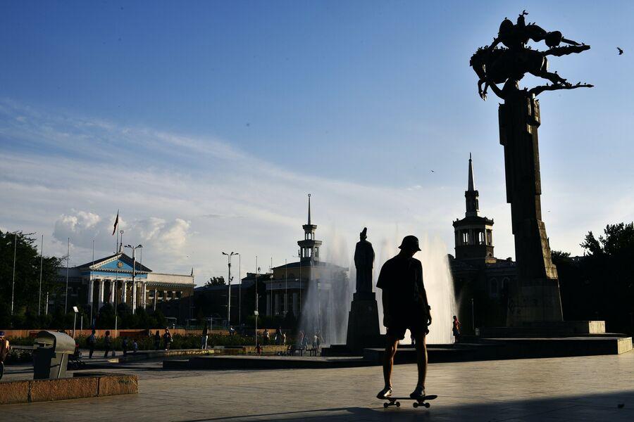 Памятник Манасу между зданиями Мэрии города Бишкек и Национальной Филармонией Кыргызстана