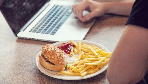Студент обедает за компьютером