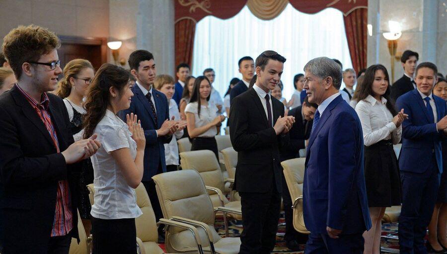 Президент Киргизии Алмазбек Атамбаев во время визита в школу Себат