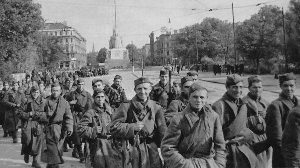 Бойцы 130-го Латышского стрелкового корпуса Красной Армии в освобожденной Риге. 15 октября 1944 года