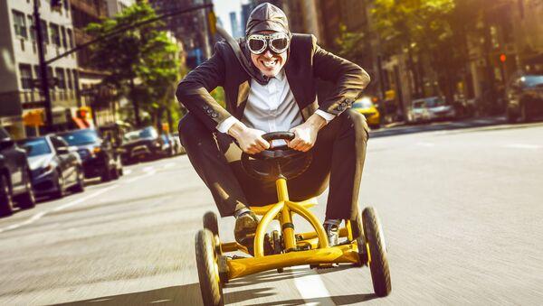 Мужчина на велоавтомобиле. Архивное фото