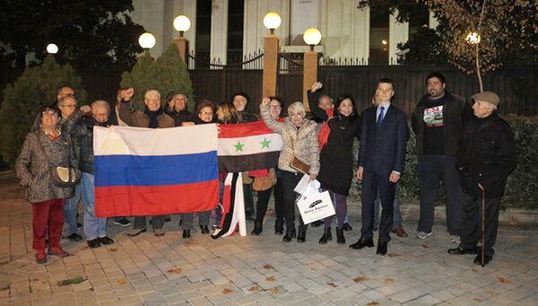 Активисты Глобальной платформы против войн возле здания посольства РФ в Мадриде