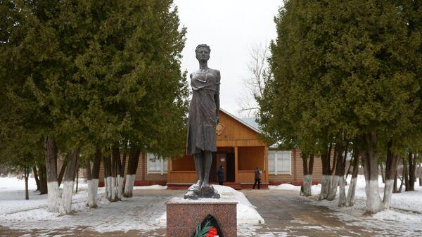Памятник перед музеем Зои Космодемьянской в подмосковном селе Петрищево