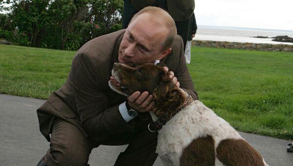 Президент России Владимир Путин и бывший президент США Джордж Буш-старший во время встречи в семейном поместье Бушей Уокерс Пойнт под Кеннебанкпортом в штате Мэ