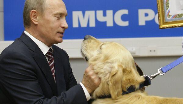 Председатель правительства РФ Владимир Путин посетил Национальный центр управления в кризисных ситуациях МЧС России. 21 сентября 2009