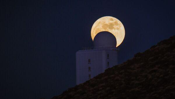 Телескопы Астрофизического института на фоне полнолуния в национальном парке Тейде, Тенерифе, Испания. 13 декабря 2016