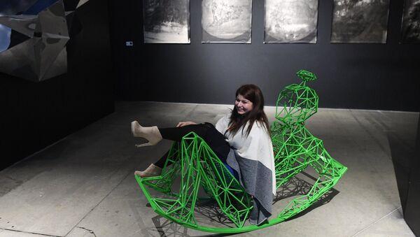 Посетитель на экспозиции мультимедийной выставки Космос. Love открывшейся в московском центре дизайна ARTPLAY