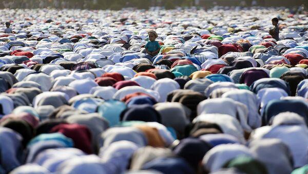 Мусульмане на праздновании окончания священного месяца Рамазан в Бишкеке
