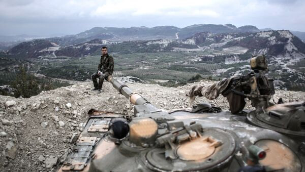Танкисты правительственных войск сирийской армии на вершине холма в провинции Латакия рядом с турецкой границей