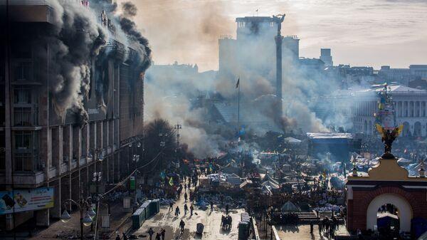 Дым от пожаров и сторонники оппозиции на площади Независимости в Киеве, где начались столкновения митингующих и сотрудников милиции. Архивное фото