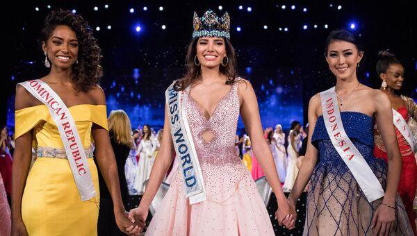 Первая вице-мисс мира-2016 Ярица Реес (Доминиканская Республика), мисс мира-2016 Стефани Дель Валле (Пуэрто-Рико), вторая вице-мисс мира-2016 Наташа Маннуэла (Индонезия)