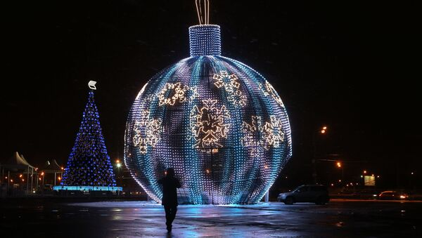 Светодиодный шар высотой 17 метров, установленный в рамках фестиваля Путешествие в Рождество на Поклонной горе в Москве. Архивное фото