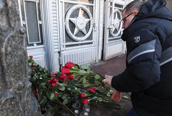 Мужчина возлагает цветы у здания министерства иностранных дел РФ в связи с гибелью посла России в Турции Андрея Карлова