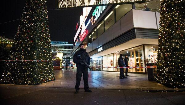 Полицейские недалеко от места теракта в Берлине. Архивное фото