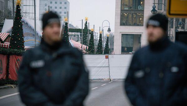 Сотрудники полиции недалеко от места теракта в Берлине. Архивное фото