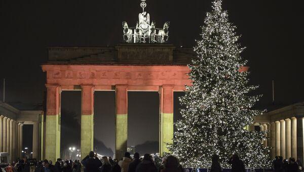 Браденбургские ворота в Берлине подсветили цветами флага ФРГ в память о погибших в теракте на ярмарке. Архивное фото