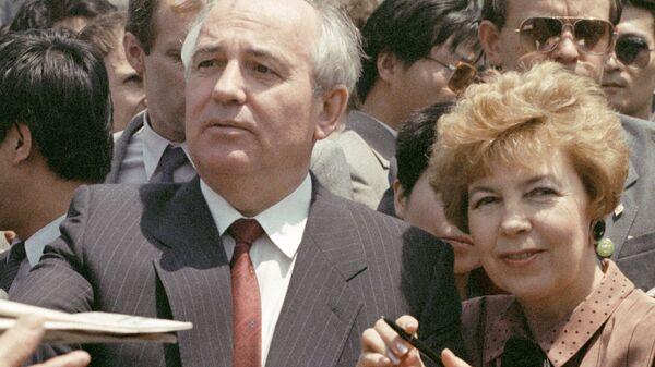Председатель Президиума Верховного Совета СССР Михаил Горбачев с супругой Раисой во время посещения Великой китайской стены