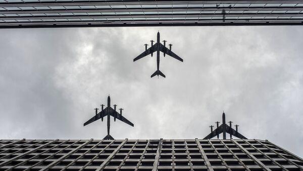 Стратегические бомбардировщики-ракетоносцы Ту-95 МС на тренировке групп парадного строя авиации к параду Победы