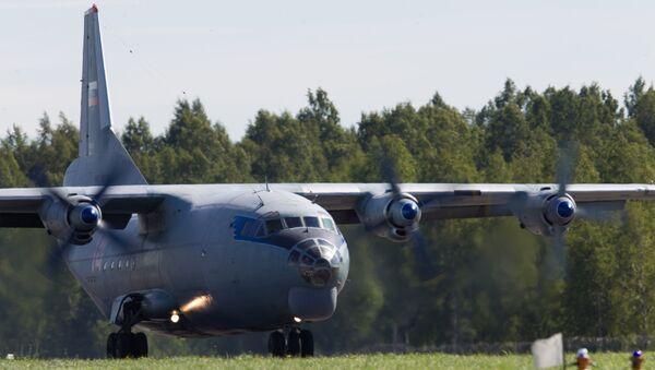 Самолет Ан-12 на торжественных мероприятиях, приуроченных к празднованию дня воздушного флота РФ на военном аэродроме Левашово