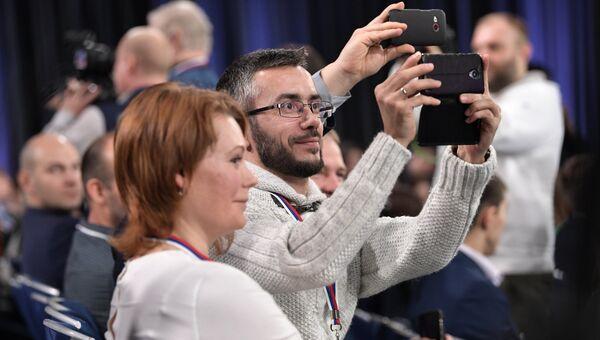 Журналисты на двенадцатой большой ежегодной пресс-конференции президента РФ Владимира Путина в Центре международной торговли на Красной Пресне