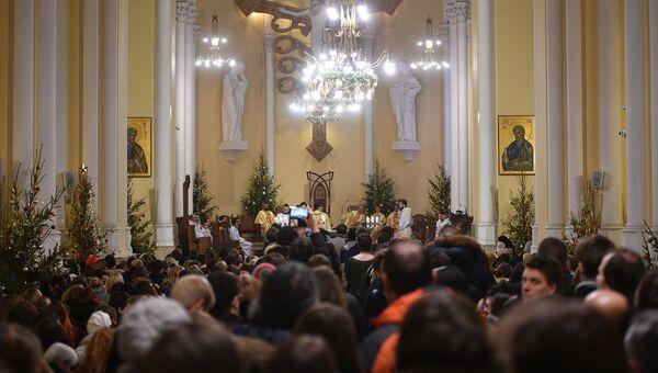 Верующие во время празднования католического Рождества в римско-католическом кафедральном соборе Непорочного Зачатия Пресвятой Девы Марии в Москве