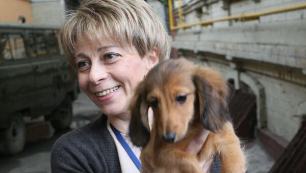 Исполнительный директор МОО Справедливая помощь Елизавета Глинка с собакой у офиса фонда