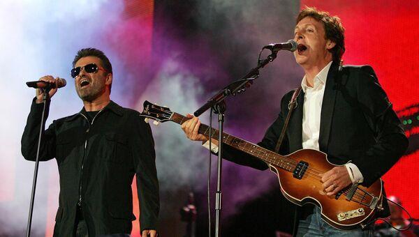 Британские певцы Джордж Майкл и Пол Маккартни. 2005 год